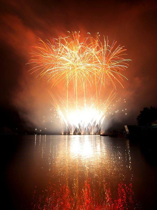 V sobotu se lidem na brněnské přehradě představil český tým ohňostrůjců.