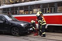Kvůli nehodě tramvaje a osobního auta byla od tři čtvrtě na jedenáct dopoledne neprůjezdná ulice Veveří.