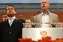 Jiří Paroubek a Bohuslav Sobotka na tiskové konferenci 29. května po skončení voleb do poslanecké sněmovny.