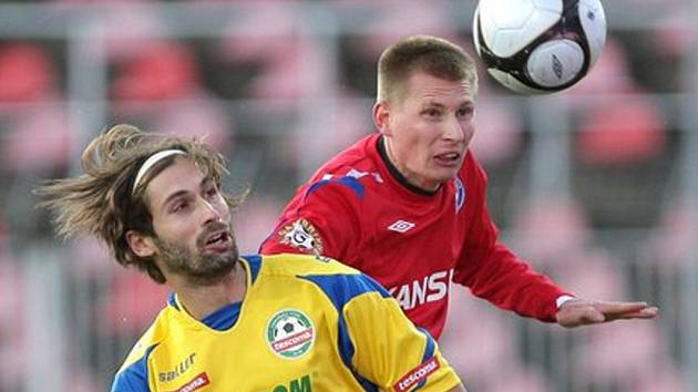 Obránce 1. FC Brno Petr Čoupek (v červeném).