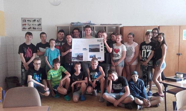 Žáci ZŠ Drásov prezentují plakát stechnickými parametry vodní nádrže.
