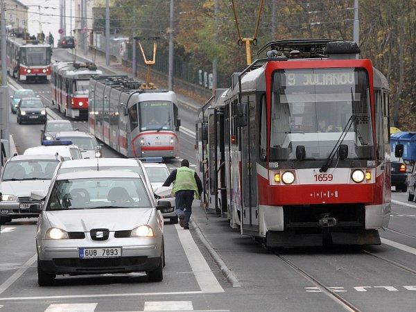 Porouchaná tramvaj na čtvrt hodiny zablokovala hromadnou dopravu unáměstí 28.října.