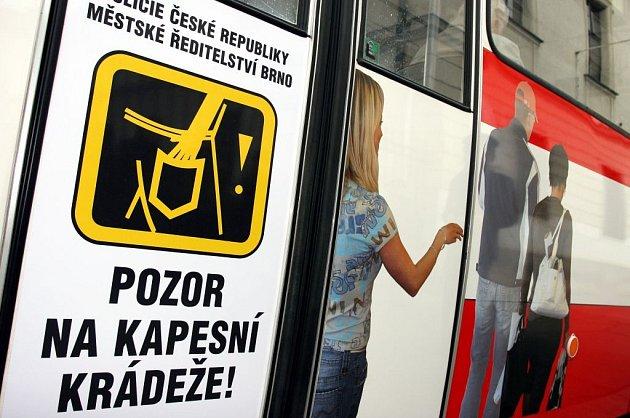 Plakáty, které mají zabránit krádežím.