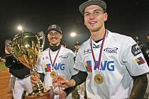 Baseballista Martin Schneider se raduje z mistrovského titulu spolu s Martinem Veselým (zprava).