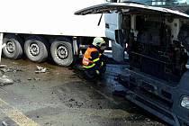 Zasypávat uniklou a přečerpávat zbývající naftu museli hasiči u nehody, která se stala krátce po polední na prvním kilometru dálnice D2 ve směru na Břeclav.
