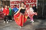 Začal Týden romské kultury v Brně. Lidé navázali nové stužky na strom tolerance.