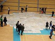 Největší mapu Československa o délce zhruba čtyřiceti metrů poskládali v neděli dobrovolníci v tělocvičně Masarykovy univerzity v brněnských Bohunicích.