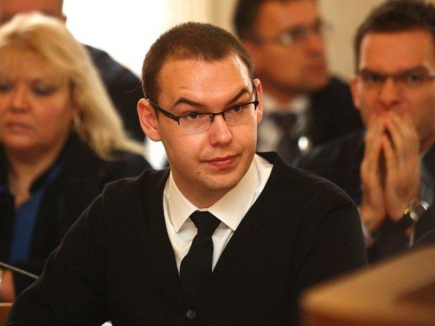 Skupina sedmnácti radikálů obviněných z propagace nacismu a rasismu u soudu v Brně.