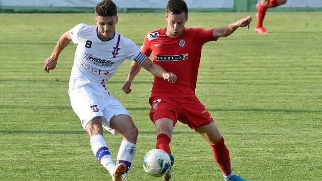 Líšeňský obránce Jan Hlavica (v bílém) bojuje o míč s Jakubem Přichystalem ze Zbrojovky. Brzy se mohou potkat i na tréninku.