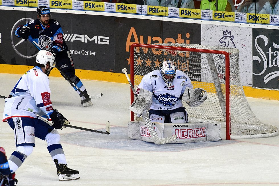 Čtvrtý semifinalový zápas mezi domácí Kometou Brno (v bílém) a Bílým tygrům z Liberce.