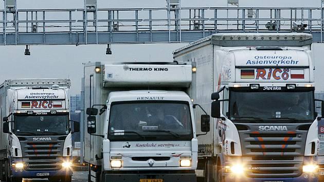 Na placený úsek upozorní řidiče pípnutí, které se ozve z jejich palubní jednotky při průjezdu bránou.
