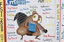 Studenti na zeď malují kromě svých jmen s nově získaným titulem také různé veselé motivy.