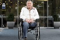 Bývalý reprezentant v házené Jaroslav Konečný žije po amputaci nohy na vozíku.