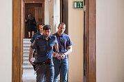 Roman Kabát se u soudu zpovídá z těžkého ublížení na zdraví a výtržnictví.