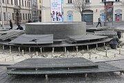 V úterý kontrolovali pracovníci Veřejné zeleně kašnu na brněnském náměstí Svobody. Údržbu provádí každý rok po zimě.