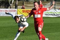 DEBAKL. Fotbalisté Startu (v červeném) si připsali čtvrtou porážku v řadě, v Lanžhotu dostali šest branek.