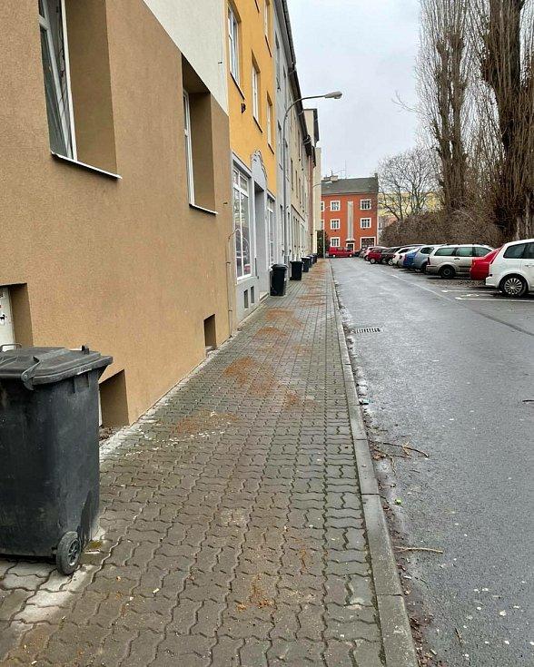 V brněnských Židenicích sypou kvůli ledovce chodníky.
