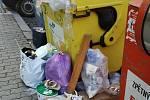 Za nedovolený odpad u kontejnerů hrozí lidem ve Znojmě pokuta až deset tisíc korun.