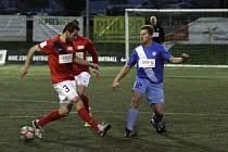 Olomouc (v modrém) prohrála v superlize malého fotbalu s vedoucím týmem z Brna 2:3.