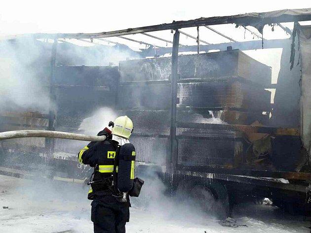 Plameny zachvátily kamion ve středu krátce před polednem na 14. kilometru dálnice D52 ve směru na Brno. Zlikvidovat požár vyrazilo sedm hasičských jednotek.