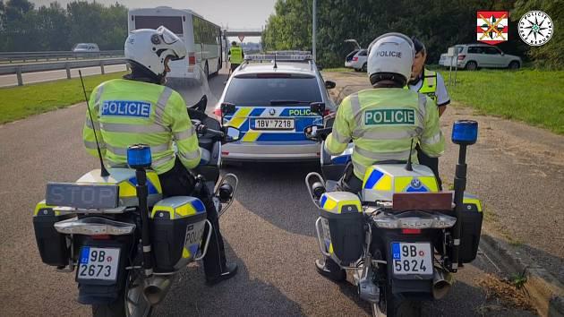 Místo volantu drží v ruce mobil, místo na silnici hledí na obrazovku. Na hazardující řidiče se tento týden při rozsáhlé kontrolní akci zaměřují jihomoravští policisté. Jen za čtvrtek přistihli desítku nezodpovědných kamionistů.