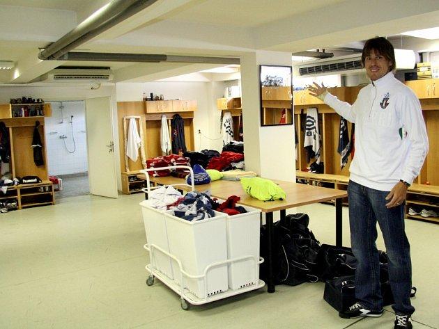 V kabině fotbalistů 1. FC Brno se platí nejen za pozdní příchody. Pokuty vybírá kapitán Jan Trousil.