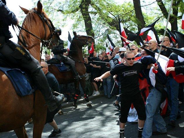 Střet mezi policií a účastníky pochodu