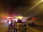V brněnském královopolském tunelu se srazila dvě auta a začalo hořet. Cvičení s takovýmto scénářem absolvovali v pátek jihomoravští hasiči.