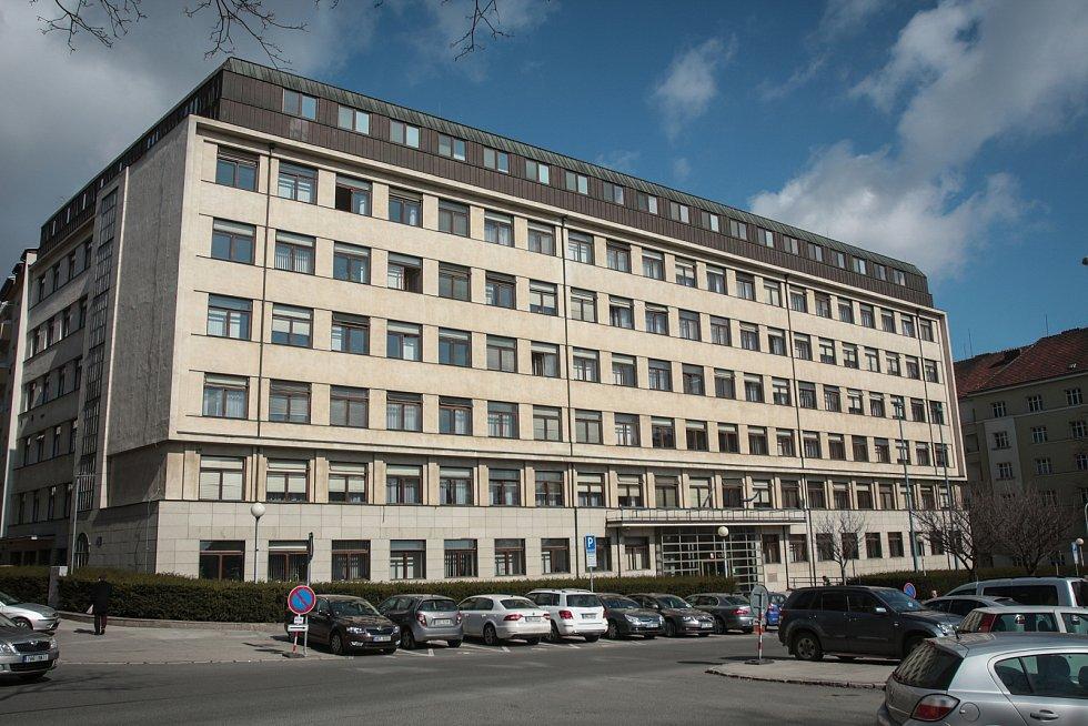 KOMUNISTICKÁ NÁSTAVBA. Dřívější Všeobecný penzijní ústav fungoval od 60. let jako brněnský sekretariát krajského výboru KSČ. V roce 1986 architekt Milan Steinhauser přistavil střešní nástavbu. Od roku 1993 je objekt sídlem Nejvyššího soudu.