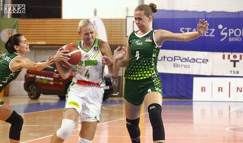 Basketbalistky KP Brno (v bílém posila Michaela Stejskalová) mají v této ligové sezoně po třech zápasech stoprocentní bilanci.