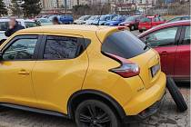 Zatím neznámý pachatel propíchal o víkendu v Brně pneumatiky třicítce aut.
