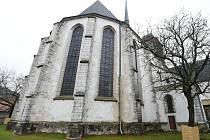 Opravovaný kostel v Doubravníku v údolí řeky Svratky.