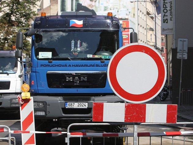 Havárie vodovodního potrubí a podemletí chodníku v ulici Veselá.