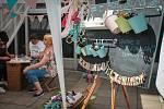 Již devatenáctý ročník trhů s módou Theatre Fashion Market hostí od pátečního dopoledne prostor před Janáčkovým divadlem v Brně. Zájemci si zde mohou koupit autorskou módu a design, součástí trhu je také tradiční Local Food Market s lokálními potravinami.