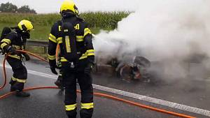 Plameny zničily auto v pondělí ráno na 202. kilometru dálnice D1 nedaleko Šlapanic na Brněnsku.