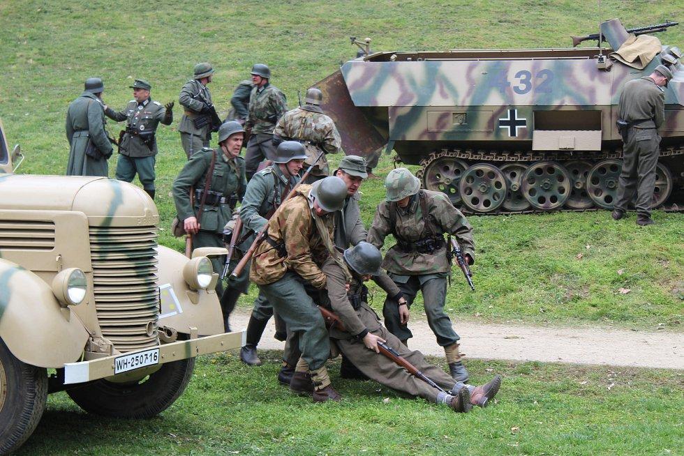 Oblíbená akce Veveří Eichhorn byla letos věnovaná bitvě z dubna 1945 mezi německou a Rudou armádou. Nadšenci lidem předvedli napadení německé jednotky ruskými kozáky a osvobození hradu Veveří.