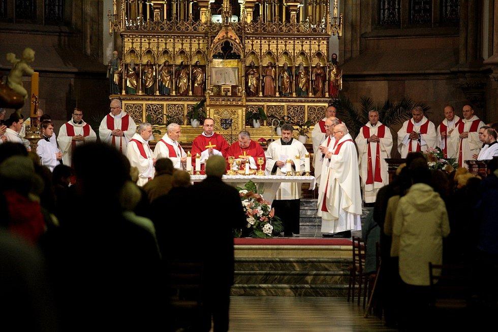 Stovky věřících se v úterý večer v Brně účastnily slavnostní bohoslužby v katedrále svatého Petra a Pavla na Petrově. Lidé při ní viděli všechny české a moravské biskupy.