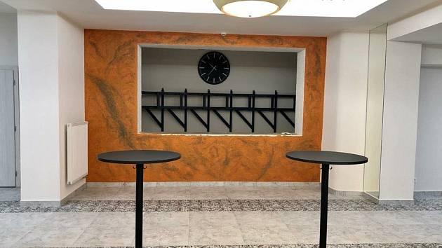 V opraveném foyer je bufet. Pohořeličtí plánují i digitalizaci kina