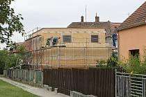 Stavbu nového domu na Lesné v Brně.