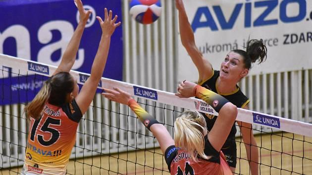 Univerzálka Soňa Mikysková (na snímku v černém dresu) má za sebou již dva zápasy v dresu Šelem.