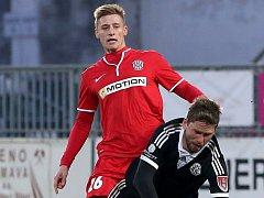 Fotbalista Radek Buchta (v červeném).