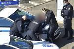 Prodejnu ve středu města Brna se pokusil vyloupit jedenadvacetiletý muž. Strážníci při čekání na republikové policisty museli neklidného muže spoutat.
