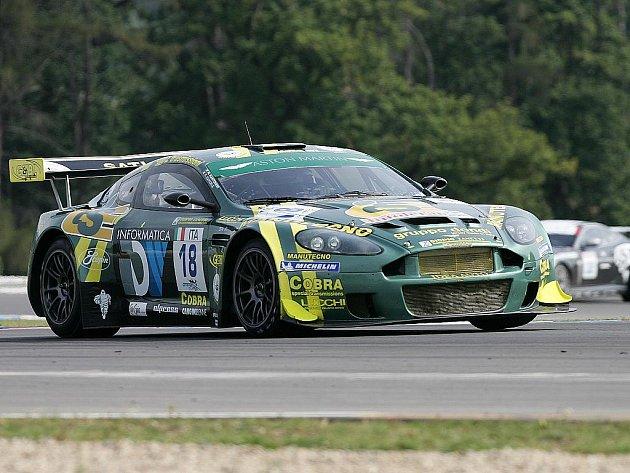 Skvostem při závodech FIA GT je vůz aston martin.