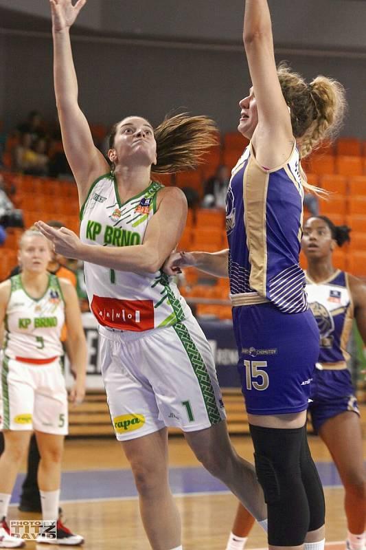 Basketbalistky KP Brno (v bílém Rebecca Aklová) mají v této ligové sezoně po třech zápasech stoprocentní bilanci. Foto: David Titz