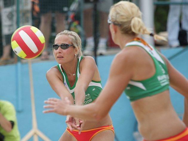 Beachvolejbalistky Tereza Petrová (vlevo) s Hanou Klapalovou si vychutnávají nejlepší výsledek v kariéře.