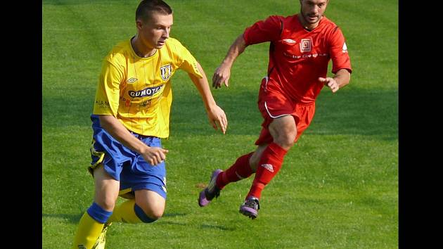 Jan Hloch (ve žlutém) v dresu fotbalové Břeclavi.