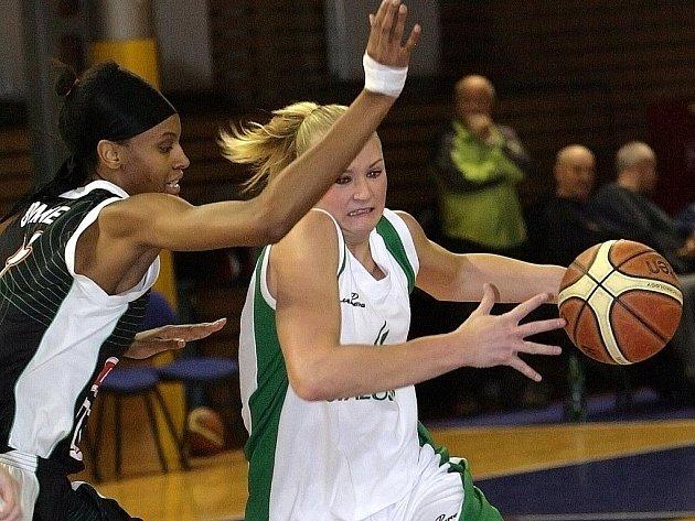 DeWanna Bonnerová (vlevo) z Frisco Sika Brno a Michaela Zrůstová z Valosunu.