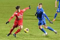 Brno 22.1.2021 - domácí FC Zbrojovka Brno (Ondřej Pachlopník) v červeném proti FC Slovan Liberec (Mario Pourzitidis)