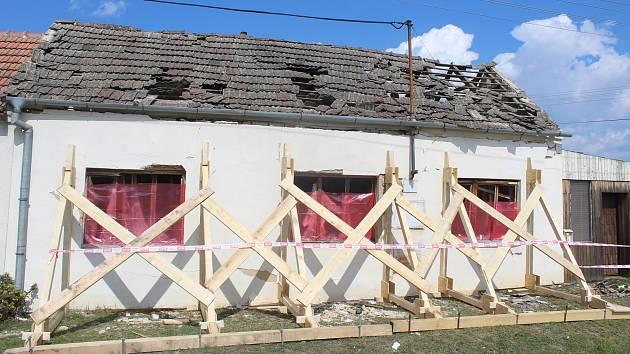 Výbuch plynu poničil dům ve Vlasaticích na Brněnsku. Byla to rána jako z děla, říkají sousedé Šindelovi.