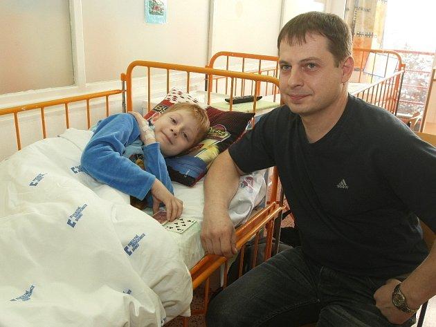 Šestiletý Filip najel na kovovou tyč, o kterou si roztrhl stehno.